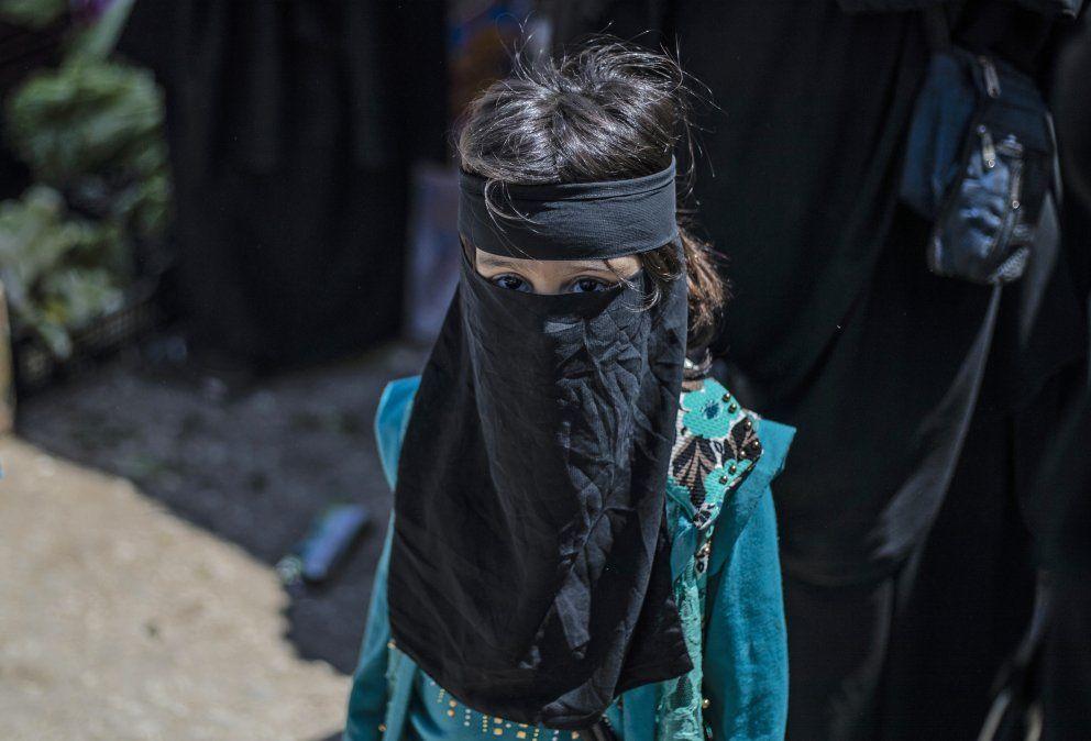 Una niña desplazada de Deir Ezzor es fotografiada en un campo de refugiados al noroeste de Siria.