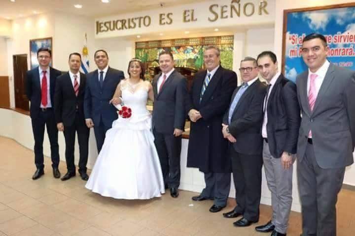 Enrique Antìa (a la izquierda del novio) y Eduardo Costa (a la derecha de la novia) en una ceremonia religiosa pentecostal. Costa es director de Desarrollo Social de la Intendencia de Maldonado y líder de la Lista 75