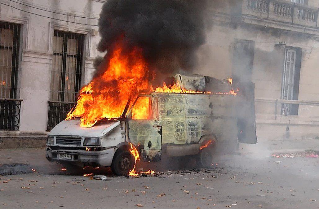 Conductor se salvó de milagro tras el incendio y la explosión de su camioneta