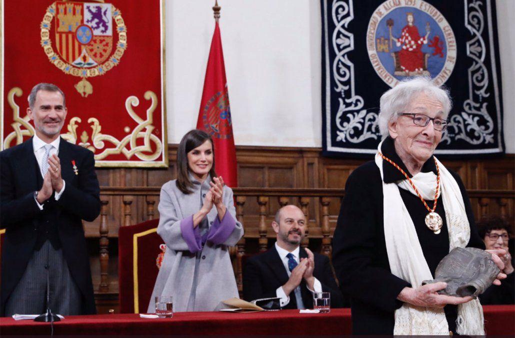 Ida Vitale aplaudida por el rey de España y su esposa