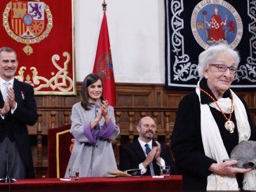 La uruguaya Ida Vitale recibió el Premio Cervantes en una emotiva ceremonia
