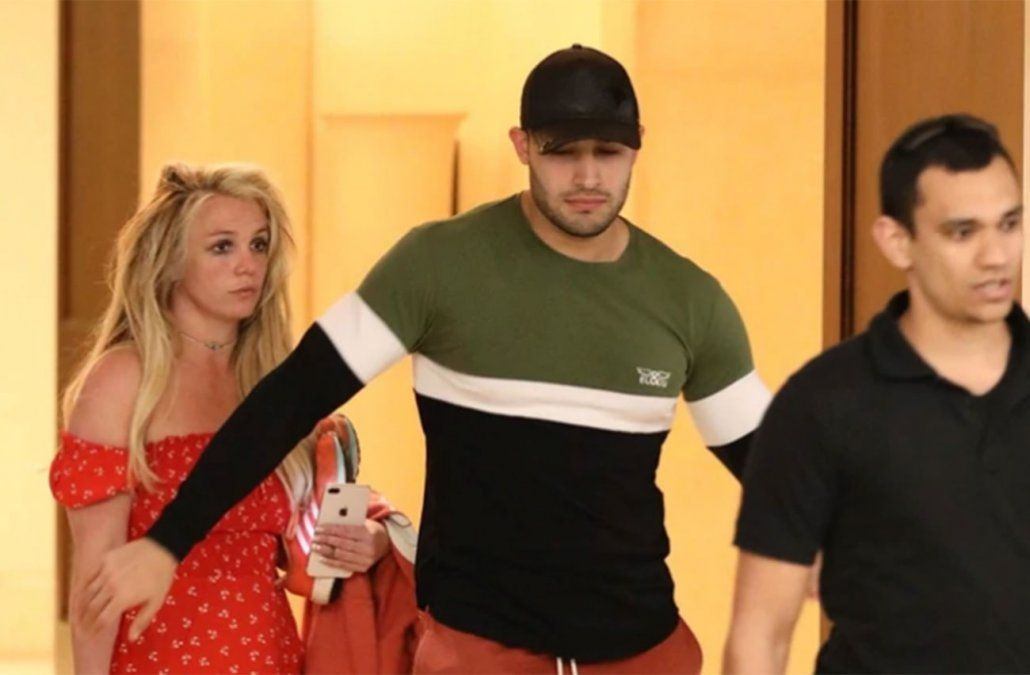Britney Spears con su novio Sam Asghari saliendo del centro asistencial