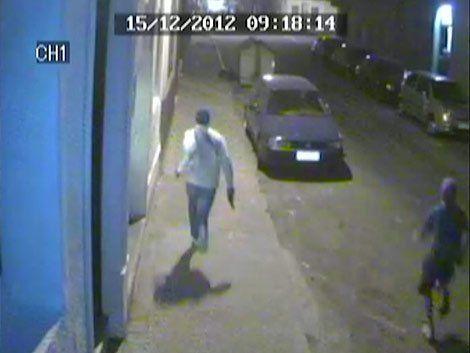 El joven detenido por este episodio tenía 17 años. Las cámaras lo captaron corriendo con el arma en la mano durante la reyerta.