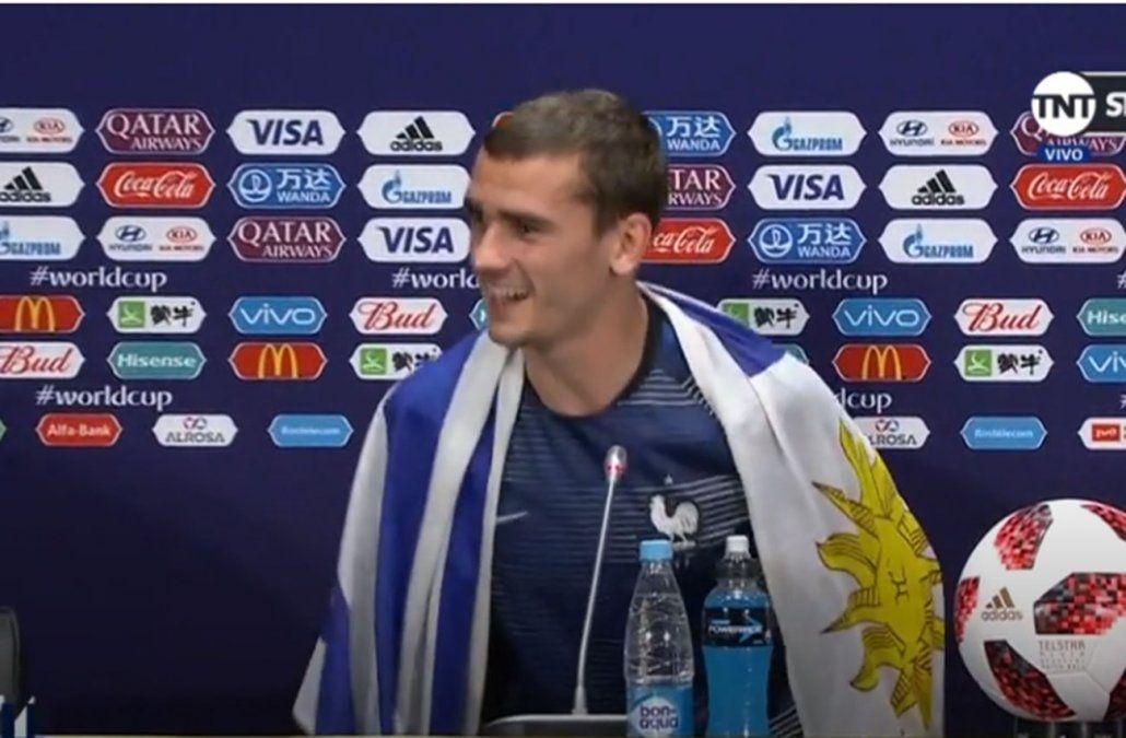 Griezmann luego de la victoria de Francia ante Uruguay en Rusia 2018. Con la bandera uruguaya durante la conferencia de prensa.