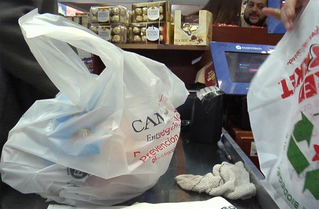 Comercios recaudaron 1 millón de dólares desde que empezaron a cobrar las bolsas