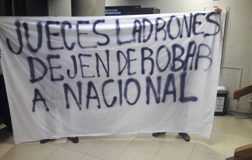 Una de las pancartas exhibidas por la agrupación Guardianes de Nacional en la sede de la AUF
