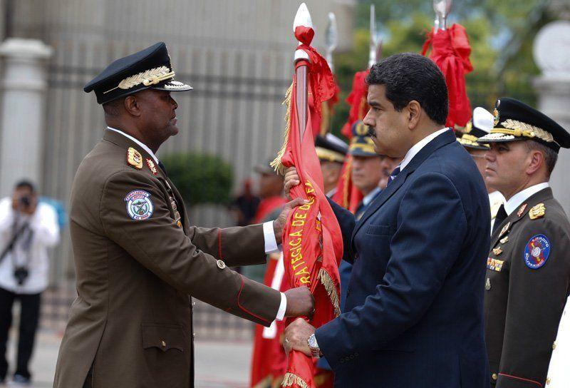 Comandante General del Ejército Bolivariano Suárez Chouro saluda al presidente Maduro. está en el cargo desde junio de 2017. Acompañó a Chávez en el fallido Golpe de Estado del 4 de febrero de 1992