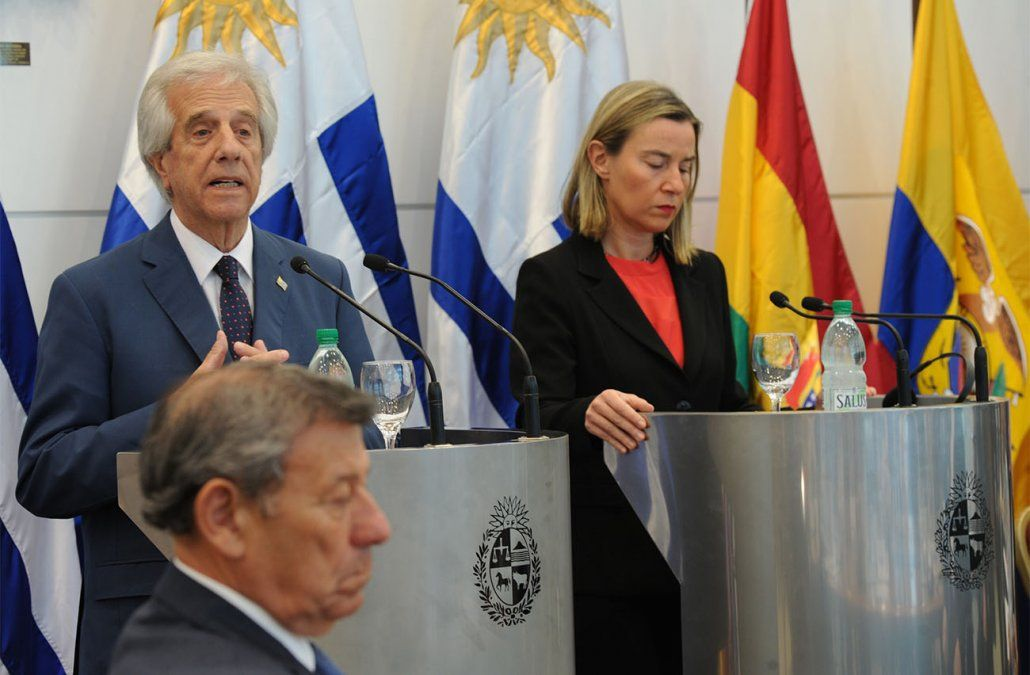 Foto: Vázquez junto a la representante de la Unión Europea Federica Moguerini y el canciller Nin Novoa en la reunión realizada en Montevideo por la crisis en Venezuela.