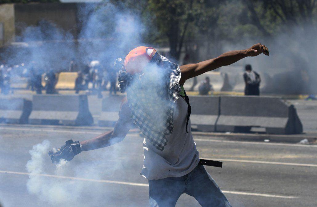 Vehículo blindado arrolla a manifestantes en Caracas y un militar fue herido de bala