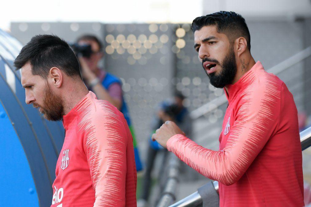 Luis Suárez arenga a Leo Messi en la previa de la semifinal. El uruguayo debe enfrentarse ante un equipo del que es ìdolo.