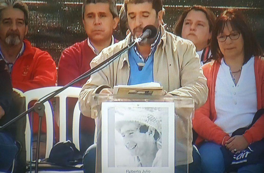 Fernando Pereira habla y debajo se ve el retrato icónico de Tito Gomensoro cuyo asesinato fue confesado hace poco por el represor José Nino Gavazzo ante un tribunal militar.
