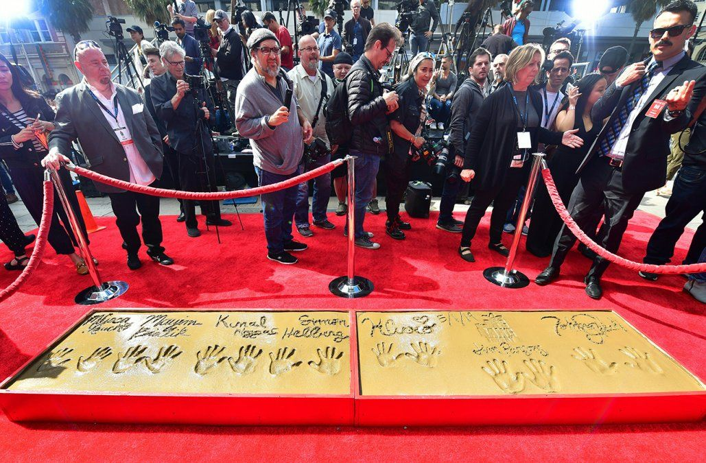 Estrellas de The Big Bang Theory dejan sus huellas en el cemento de Hollywood