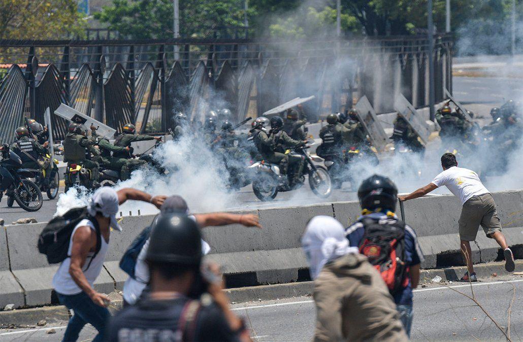 Al menos 27 heridos dejan violentos disturbios en nueva jornada de protestas en Caracas