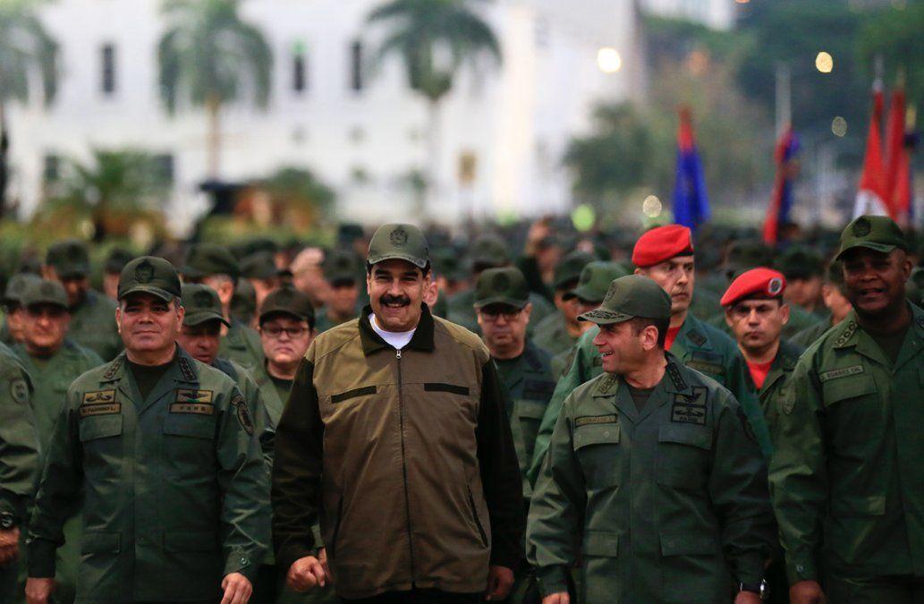 Maduro llama a los militares a combatir a cualquier golpista