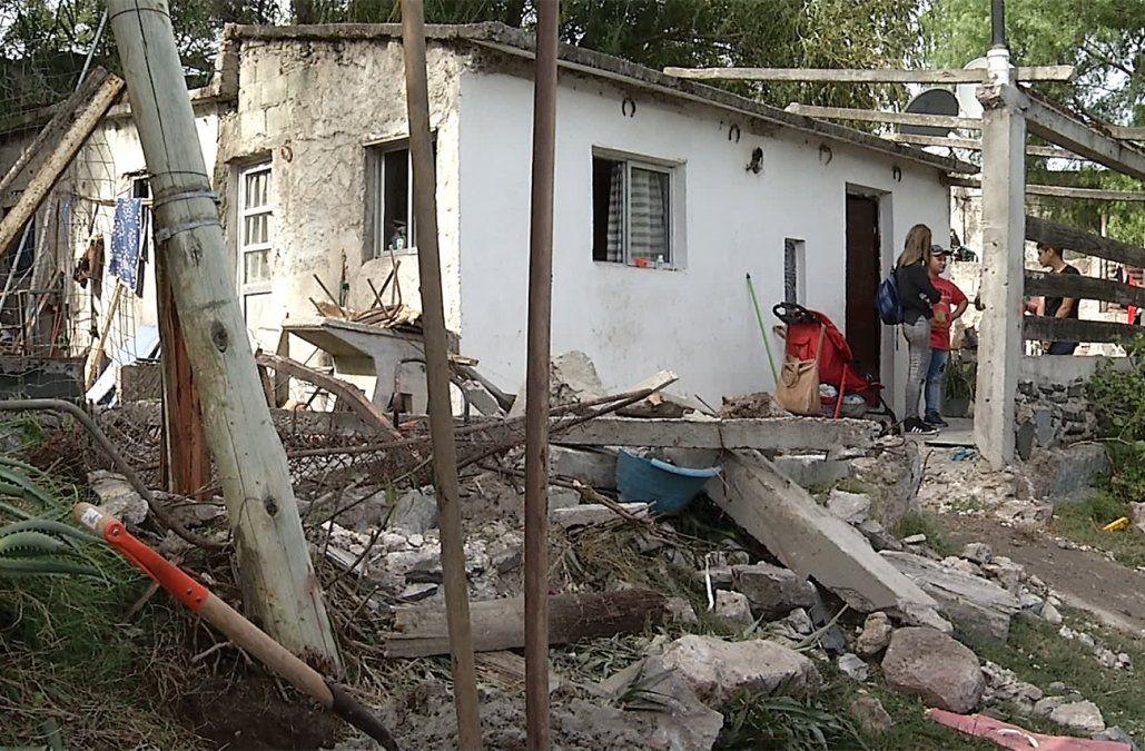 Delincuentes perseguidos por la Policía chocaron contra dos casas y derribaron varias columnas