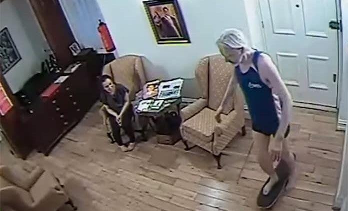 Assange en patineta dentro de la embajada de Ecuador. Los videos de seguridad muestran la vida extravagante del ciberactivista. Según sus seguidores se trata de una operaciòn para desacreditar la información difundida por Wikileaks