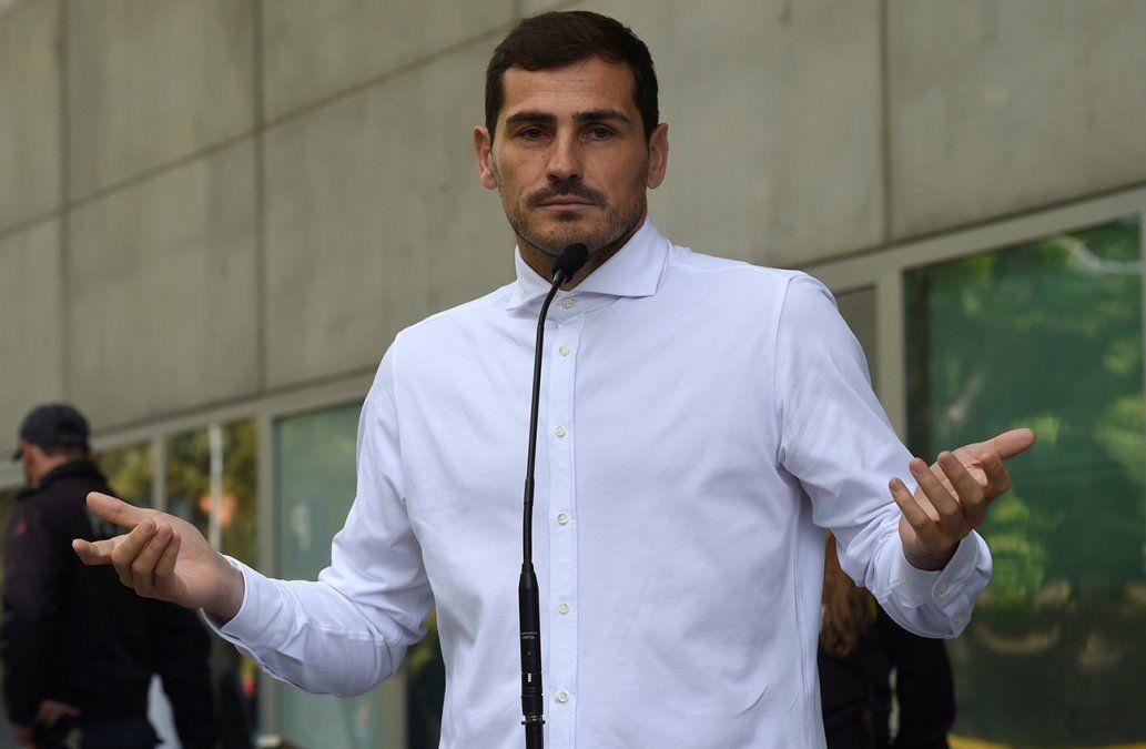 No sé qué será del futuro, dice Casillas emocionado al abandonar el hospital