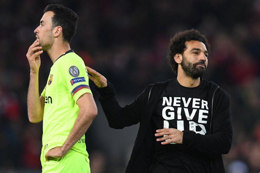 Busquets no entiende nada y Mohamed Salah llevaba puesta una camiseta con la inscripción Nunca te rindas. La estrella egipcia no pudo jugar por lesión. Ni él ni el otro goleador Firmino. Aún así Liverpool hizo los cuatro goles que necesitaba