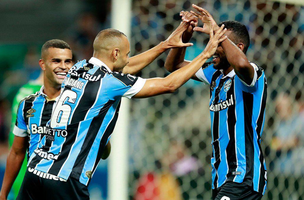 Gremio derrotó 2-0 a Universidad Católica de Chile y avanzó a octavos
