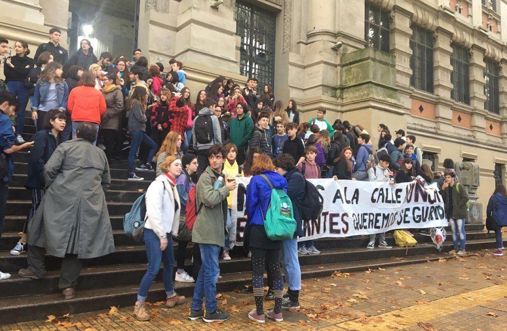 Padres, estudiantes y funcionarios reclaman más seguridad en el IAVA