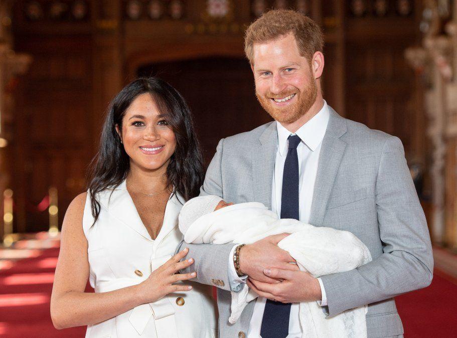 El príncipe harry y Meghan Markle presentan a su primer hijo Archie