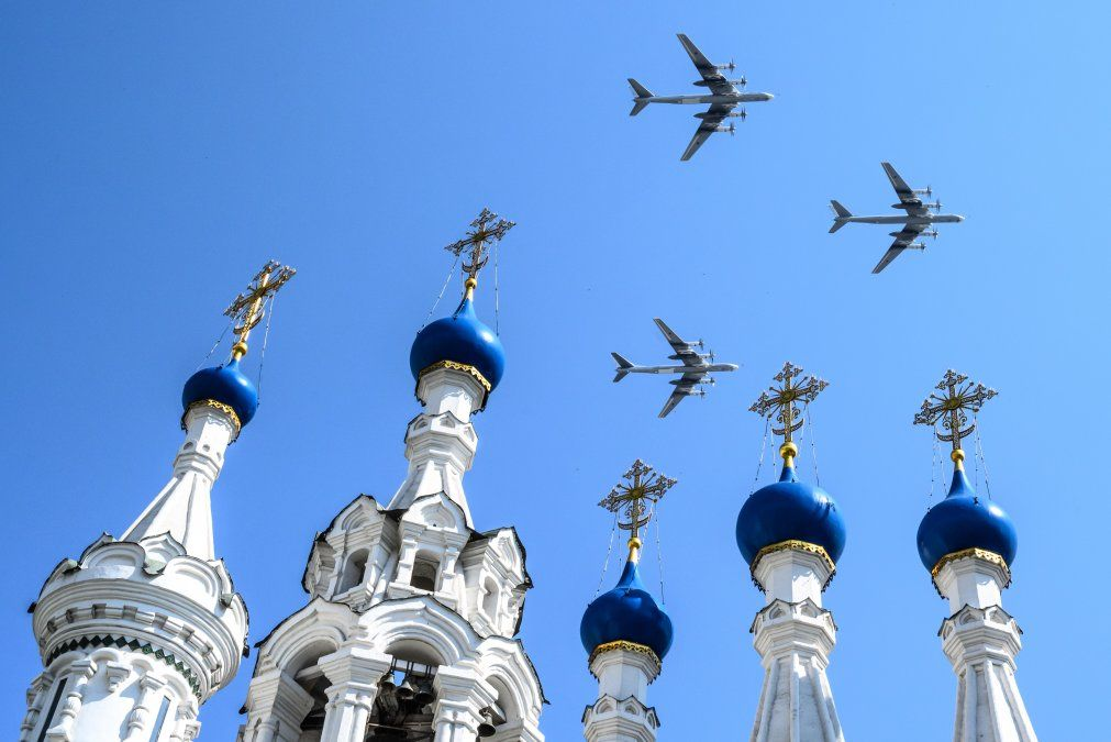 Aviones militares rusos vuelan sobre la iglesia ortodoxa en el centro de Moscú durante un ensayo por el desfile militar del Día de la Victoria.