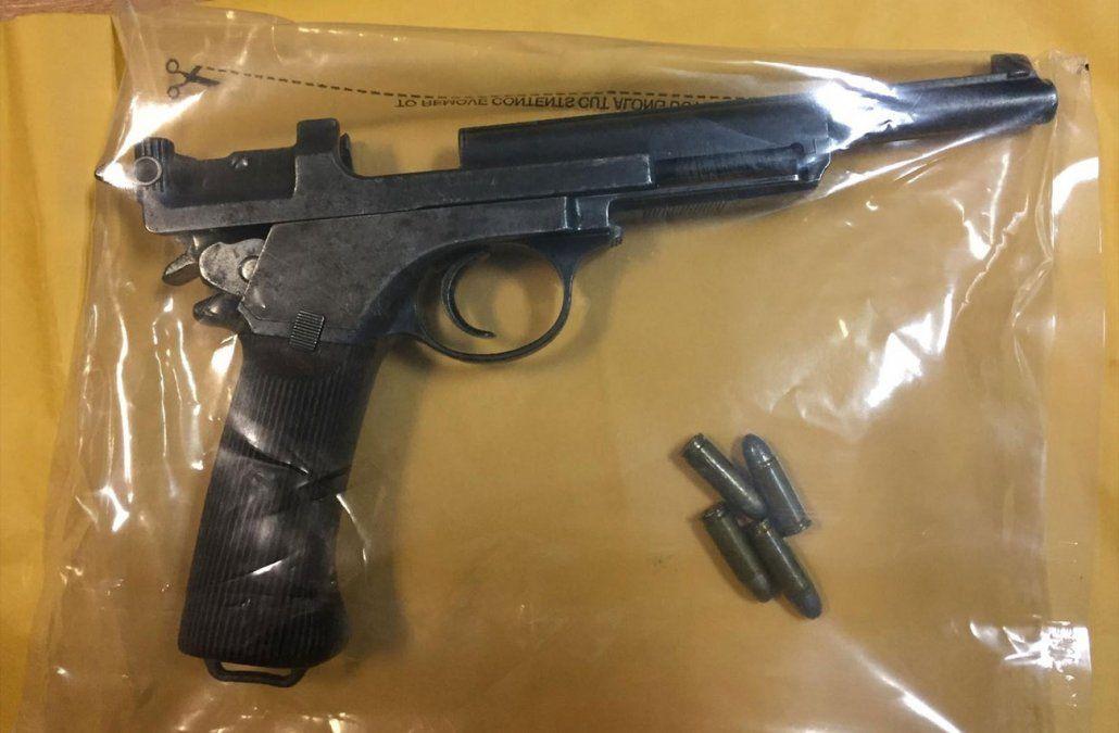 Arma y municiones entregadas por el hijo de Mónica Sosa.