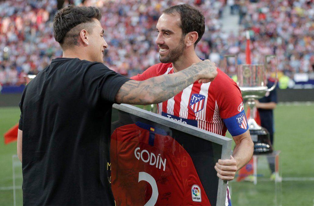 Foto: Twitter Atlético de Madrid. El equipo le regaló una camiseta firmada por todos los jugadores.