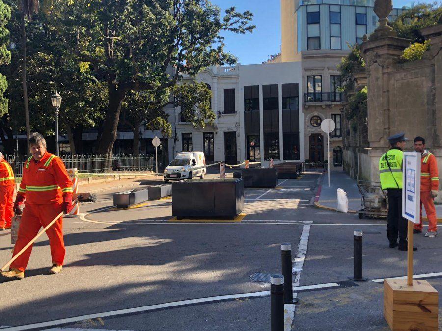 Malestar de vecinos y conductores por nuevos bancos en la calle, frente a plaza Zabala