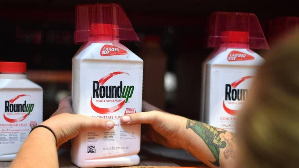Un empleado coloca un envase de Roundup en el estante de una tienda en San Rafael