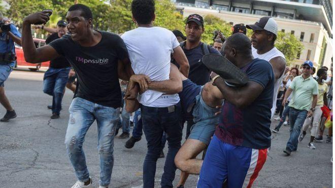 Policías del régimen reprimen a manifestantes de los colectivos LGTV