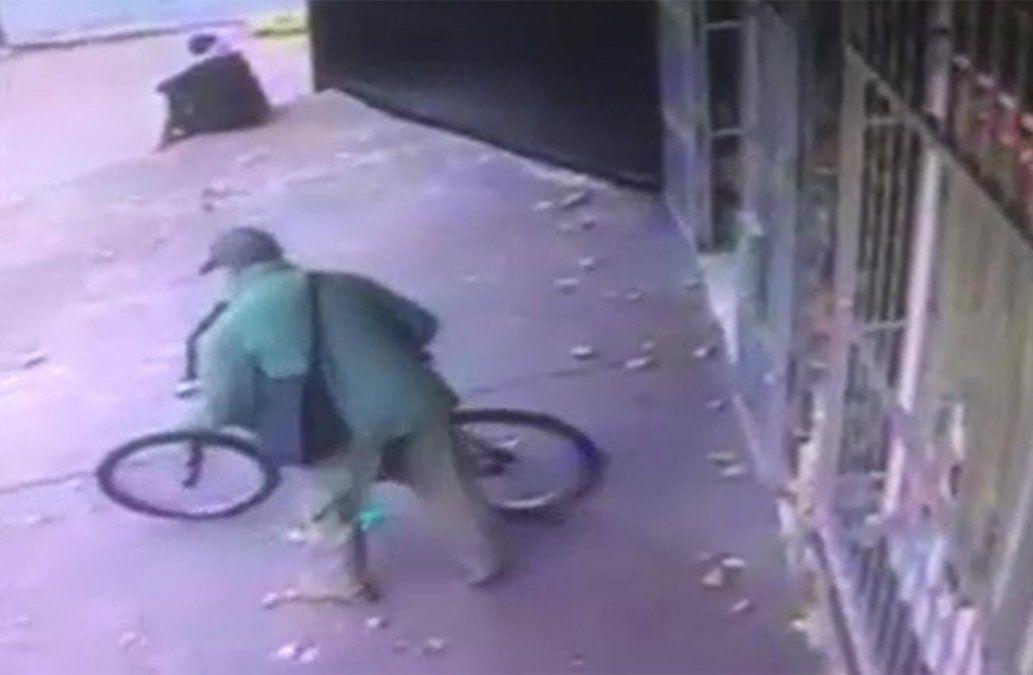 Video: solitario delincuente asalta panadería y se fuga en bicicleta