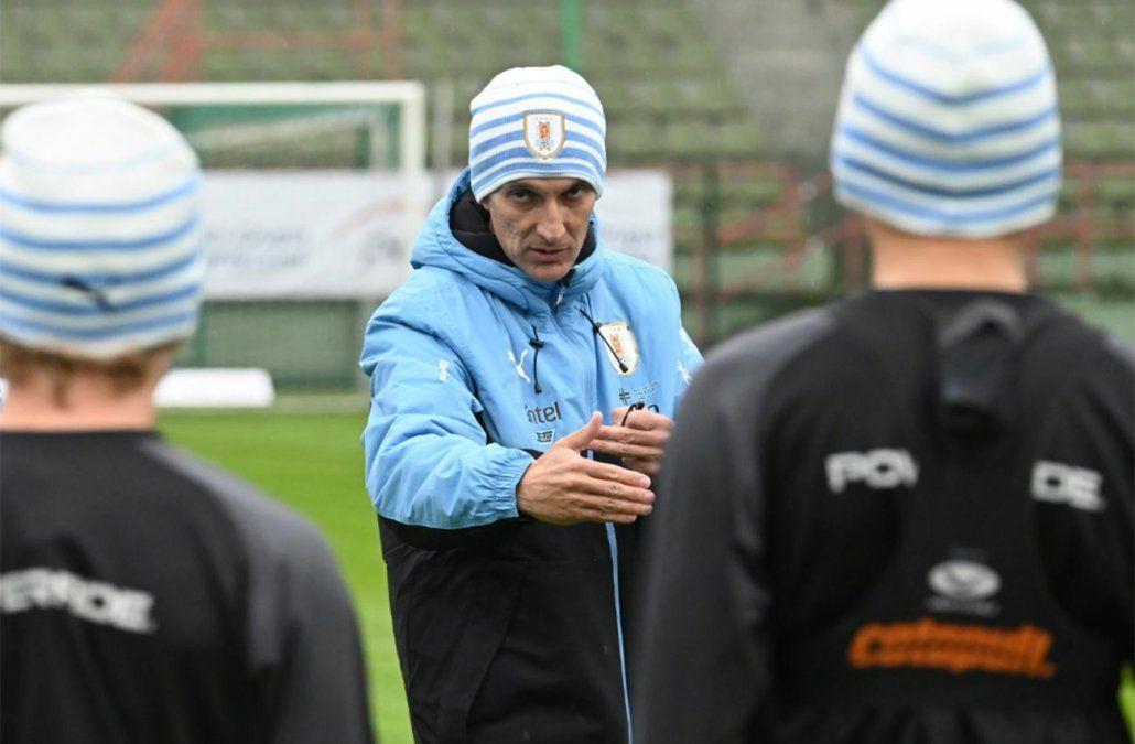 Ferreyra da instrucciones a sus jugadores en la recia del partido a jugarse en Lodz