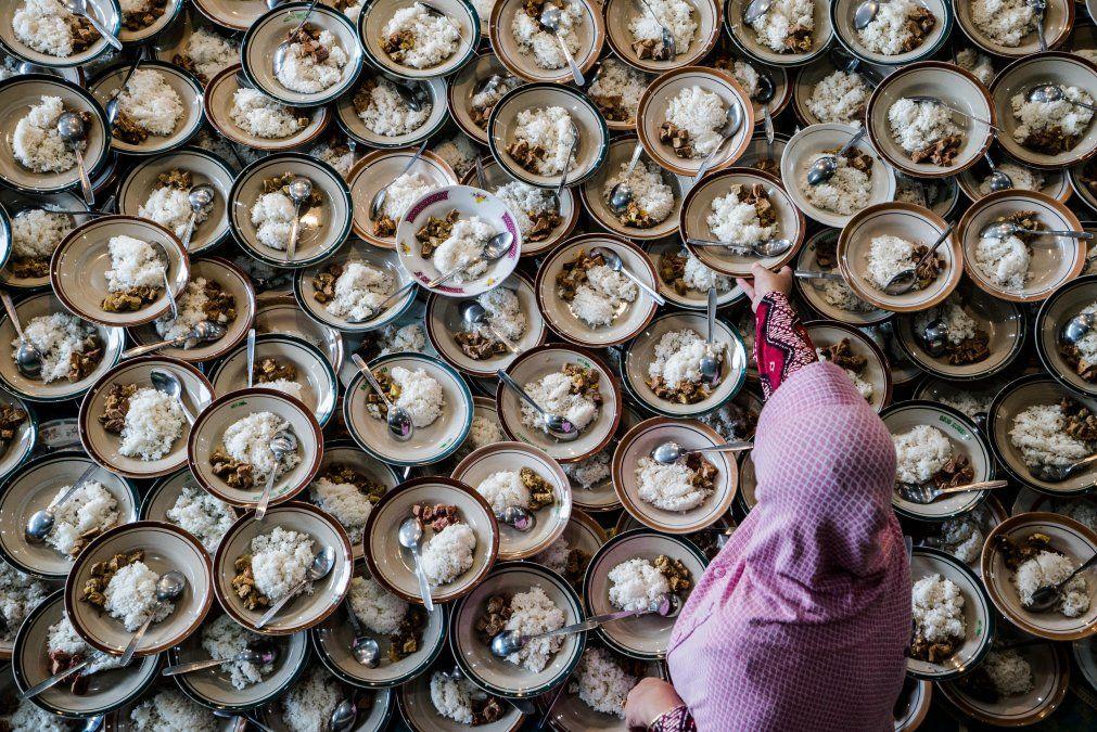 Una mujer indonesia prepara comidas para los musulmanes que rompen su ayuno durante el mes sagrado de Ramadan en Yogyakarta