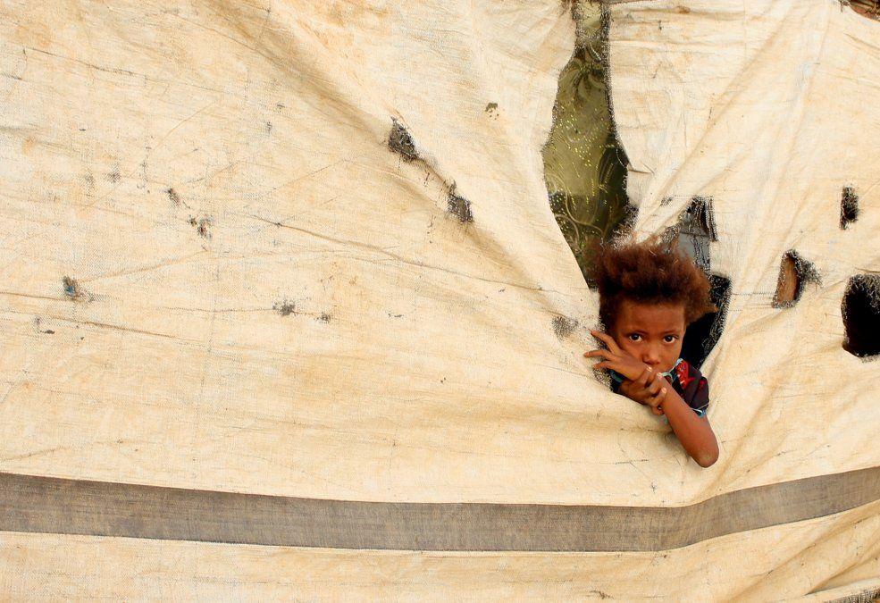 Un niño yemení que huyó entre la batalla entre los armados rebeldes yemeníes y las fuerzas pro gobierno es fotografiado en un campamento improvisado