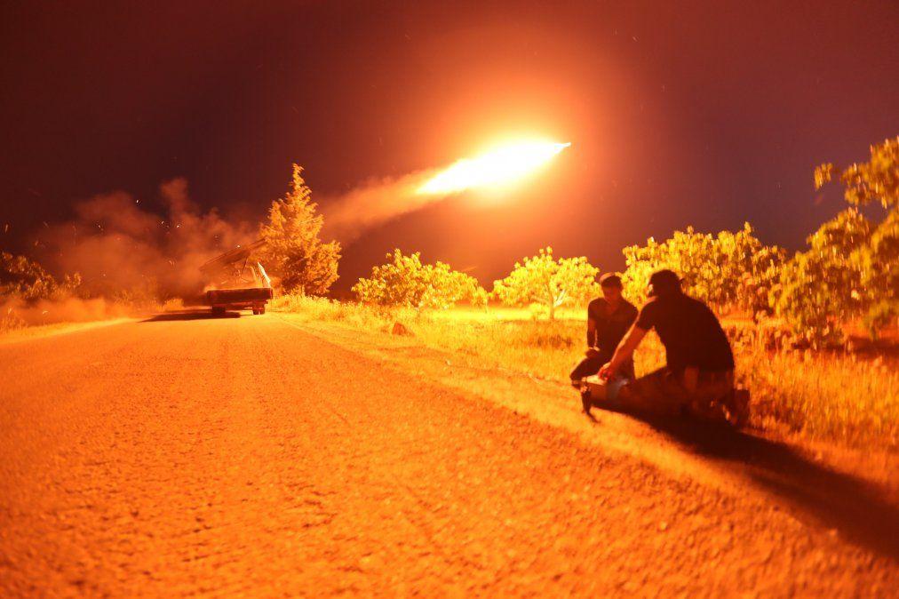 Combatientes sirios del Frente de Liberación Nacional respaldado por Turquía lanzan un misil en contra de las posiciones del régimen