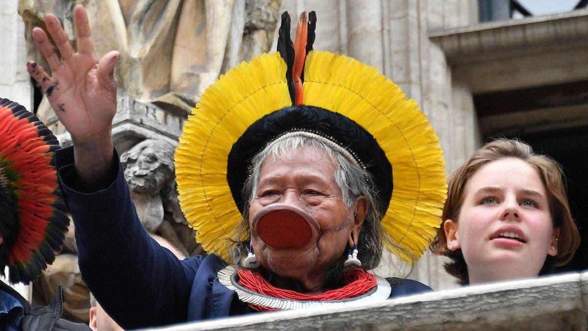 Jefe indígena de Brasil, Raoni Metuktire y la activista por el clima Anuna De Wever saludan a la gente tras participar en un encuentro estudiantil por el clima en Bruselas
