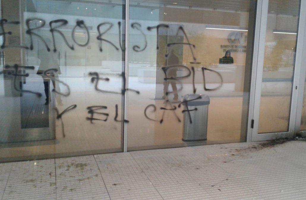 Atacaron y vandalizaron la sede de la CAF detrás del edificio de la Presidencia, Fiscalía investiga