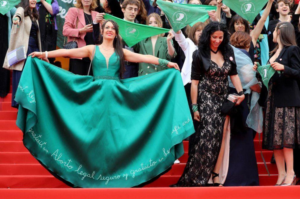 Protestan a favor del aborto en alfombra roja de Cannes