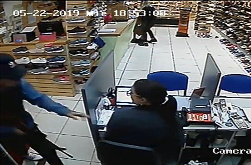 Delincuentes fuertemente armados robaron una zapatería y financiera en Sauce