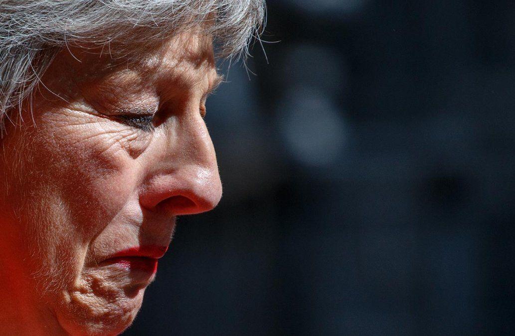 Primera ministra británica Theresa May se quiebra en llanto al anunciar su dimisión
