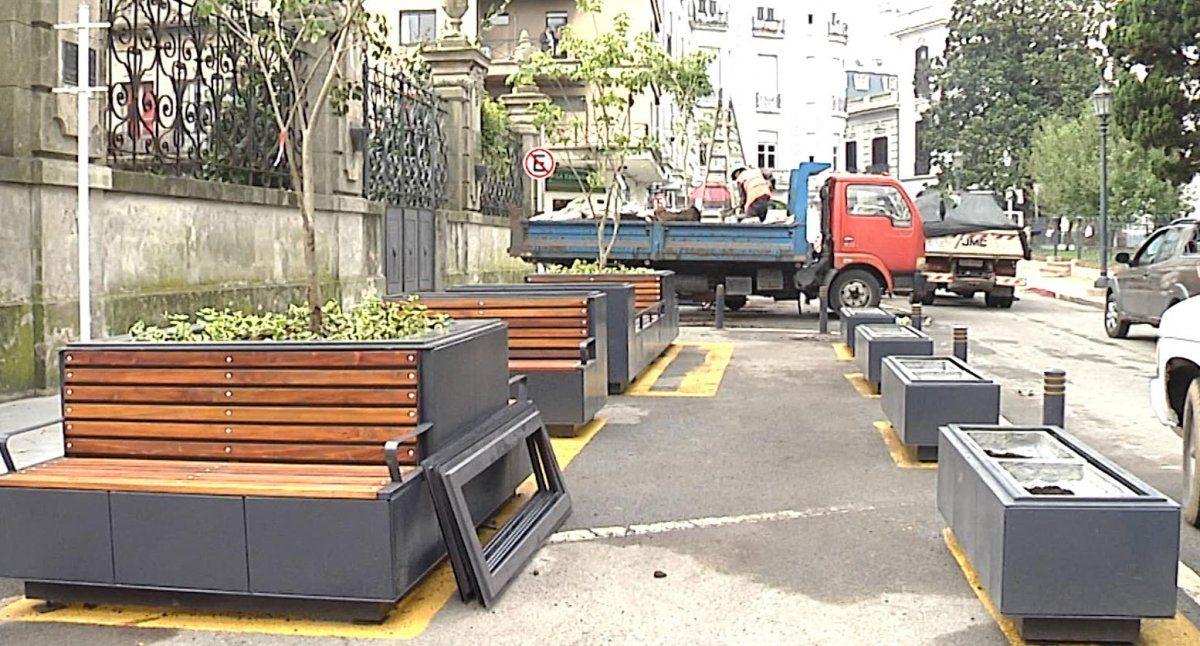 Vecinos de Plaza Zabala colgaron carteles para dejar opiniones sobre los polémicos bancos
