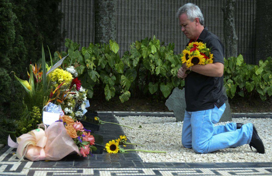 Popeye en la tumba de Pablo escobar en 2015