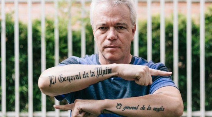 Velasquez muestra sus tatuajes màs recientes.