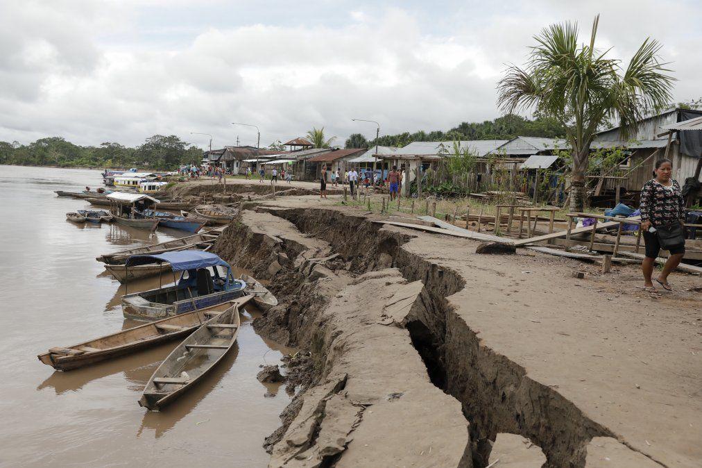 Una grieta sobre el suelo causada por un terremoto en el Puerto Santa Gema