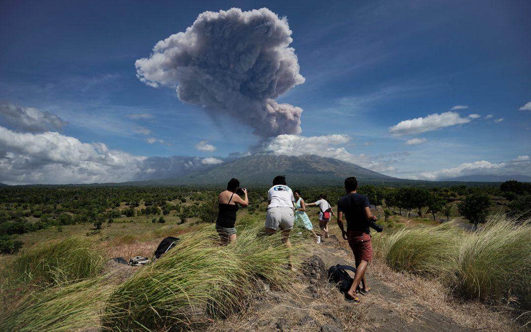 Una columna de cenizas se levanta cuando el volcán Agung entra en erupción en Indonesia