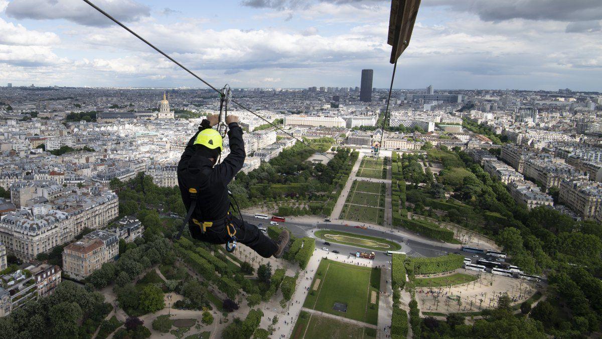 Una persona se lanza en tirolesa desde el segundo piso de la Torre Eiffel