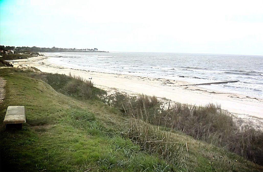 Pericia revela que mujer enterrada en la arena murió hace un mes; aún no se pudo identificar