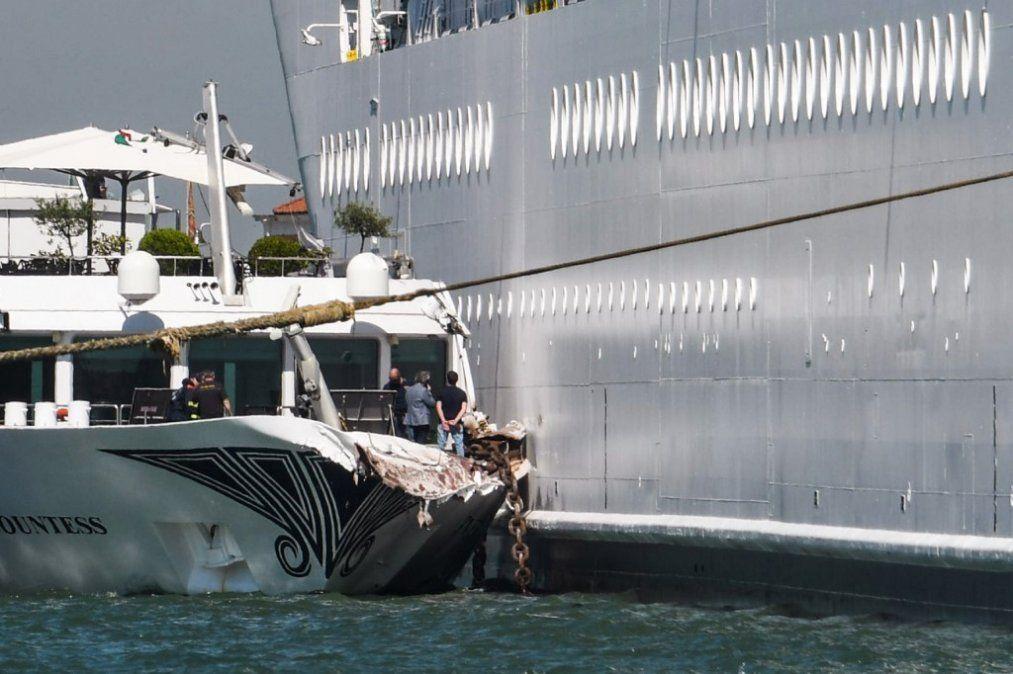 Pánico en Venecia por un crucero fuera de control que chocó contra barco y el muelle