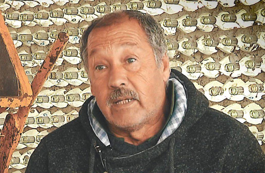 José Carlos transforma la basura en bienes productivos que luego dona